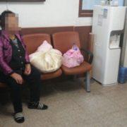 Ця старенька повторювала, що її дочка тільки що народила, і притискала до грудей два дивних згортка…