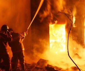 На Прикарпатті спалахнув житловий будинок з людиною всередині