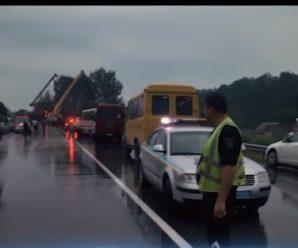 На Прикарпатті внаслідок погодних умов автобус, в якому їхали 48 дітей, злетів в узбіччя