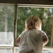 Поки мама поралася на кухні, з вікна на четвертому поверсі випав малюк, якому трохи більше року
