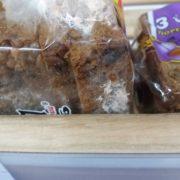 Франківець на вітрині магазину побачив хліб із рожевою пліснявою (фотофакт)
