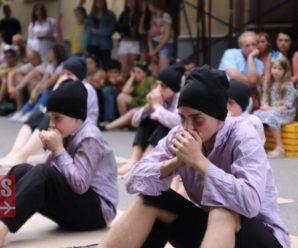 """На """"Квадраті Курбаса"""" юні актори показали зворушливу соціальну виставу про втрачене дитинство. ФОТО"""
