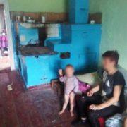 На Прикарпатті соціальні працівники забрали у горе-матері двох дітей. ФОТО