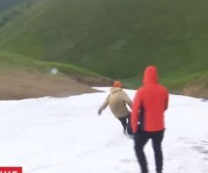 Снігові баби та катання на сноубордах: молодь креативно використала літній снігопад у Карпатах (відео)