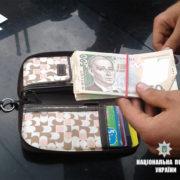 У поліції розповіли подробиці затримання жінок, які вкрали гаманець із 21 тисячею (фото)