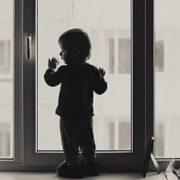 На Прикарпатті дитина ледь не випала з вікна, поки п'яні батьки спали у кімнаті. ВІДЕО