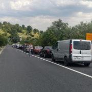 Перекриття дороги на Прикарпатті продовжується. Люди у спеку стоять в кілометрових заторах (фото+відео)