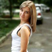 В Івано-Франківську вночі дівчина отримала серйозні травми, вона у важкому стані, потрібна допомога. РЕКВІЗИТИ