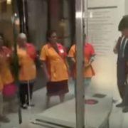 Під оплески прибиральниць: прем'єр Нідерландів помив за собою підлогу в парламенті(відео)