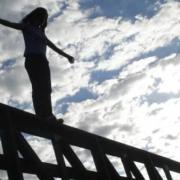 Врятували в останню мить: в Івано-Франківську поліціянт впіймав за руку самогубця, який хотів стрибнути з мосту