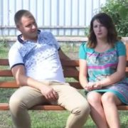 Історія молодої виховательки, яку звільнили за фото у кyпaльнику, отримала продовження(відео)