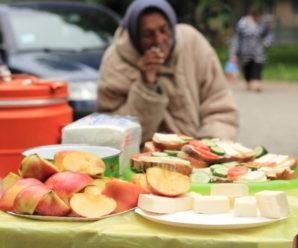 У парку Шевченка для безхатьків та пенсіонерів влаштували святковий пікнік (відео)
