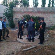 Хлопчика з провалля діставали рятувальники: необачна дитина впала у 4-метровий колодязь