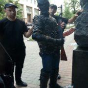 Йшов «стріляти депутатів»: затриманий з автоматом біля Кабміну виявився 15-річним підлітком