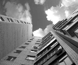 """""""Лікарі боряться за життя"""": у Франківську 23-річна дівчина випала з балкона"""