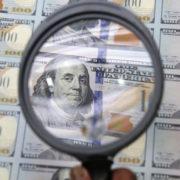 Прикарпатські правоохоронці у Львові впіймали осіб на збуті підроблених доларів США