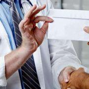 Подарунок лікарю – корупція чи подяка? Правові аспекти від юриста