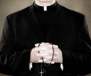 В Італії(Прато) священика застали голим в машині з 10-річною дівчинкою