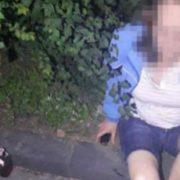 Маленький хлопчик ледь не потрапив під колеса машини, поки його мати розпивала спиртні напої