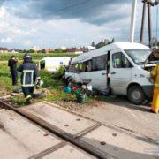 У мережі з'явилось відео смертельної ДТП, у якій маршрутка з франківськими номерами зіткнулась з потягом