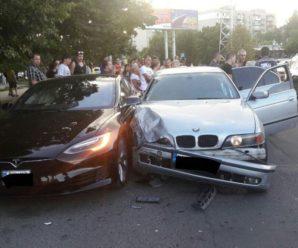 В Одесі підліток на батьковому BMW з литовськими номерами врізався в електрокар Tesla