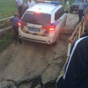 На Долинщині провалився міст, по якому їхав автомобіль поліції (ФОТО)