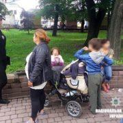 Поліцейські відвідали ромську сім'ю, яку часто можна побачити у сквері на Привокзальній площі в Івано-Франківську (фоторепортаж)