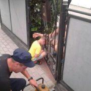 На Франківщині рятували хлопчика, який засунув голову у ворота і застряг (фото)
