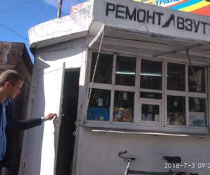 """Антисурогатний рейд на Пасічній: за день """"муніципали"""" вилили 17 літрів сумнівного алкоголю (фото)"""
