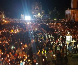 Неймовірне відео: багатотисячний похід зі свічками на прощі у Зарваниці зняли з висоти пташиного польоту (фото, відео)