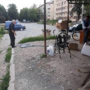 У Франківську серед білого дня п'яний чоловік поцупив дорожній знак (фото+відео)