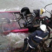 Трагедія на Прикарпатті: автівка перекинулася в річку. Є жертви