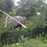 На Франківщині вантажівка злетіла з дороги на подвір'я, протаранивши дві електроопори (фото)