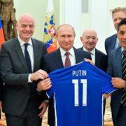 """Президенту ФІФА дорікнули за футболку з написом """"Путін"""""""