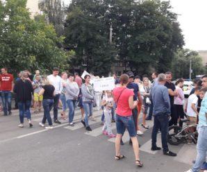 В Івано-Франківську пішоходи перекрили одну з вулиць – рух автівок обмежений. ФОТО