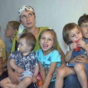У багатодітній родині Яремчуків із Житомирщини одним махом похрестили одразу вісьмох дітей(відео)