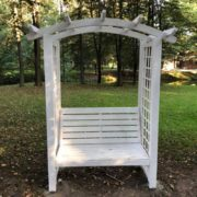 У Франківському міському парку невідомі зіпсували відпочинкову фотозону, яку нещодавно встановили (фотофакт)