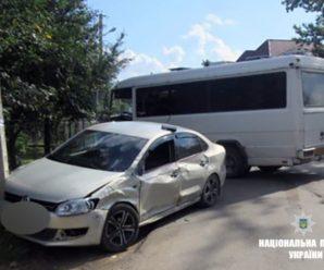 На Рожнятівщині п'яний водій мікроавтобуса на зустрічці зіткнувся з легковиком. ФОТО