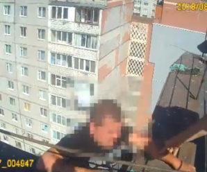 В Івано-Франківську після сімейної сварки чоловік вирішив стрибнути з даху багатоповерхівки (відео)