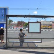 Зашита рука та рана на голові: в Івано – Франківську жінка травмувалася на автобусній зупинці – соцмережі
