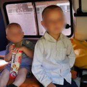 Вирішила підзаробити: жінка здала в оренду для жебракування двох маленьких синів