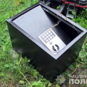 На Прикарпатті пасинок вкрав у вітчима сейф з грошима та документами на нерухомість (фото)