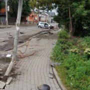 У Франківську автівка знесла огорожу, дорожній знак та світлофор – водій з місця ДТП втік