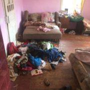 Поліція взяла під контроль горе-матір з Верховини через недогляд за 6 дітьми. ФОТО