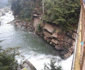 У Яремчі у водоспад впала дівчинка, за нею стрибнула мати