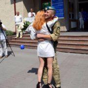 У центрі Франківська військовий освідчився своїй коханій