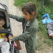 На Прикарпатті матір, яка лежала п'яна на узбіччі, можуть притягнути до відповідальності. ФОТО