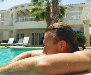 Олег Винник у Домінікані в коротких шортах видерся на пальму (фото)