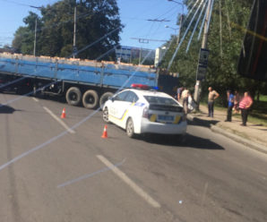 ДТП у Франківську: фура не розминулася з мікроавтобусом, рух паралізовано (фото)