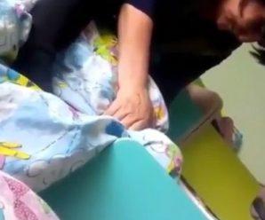 Неадекватна вихователька душила ковдрою дівчинку, яка плакала (відео)